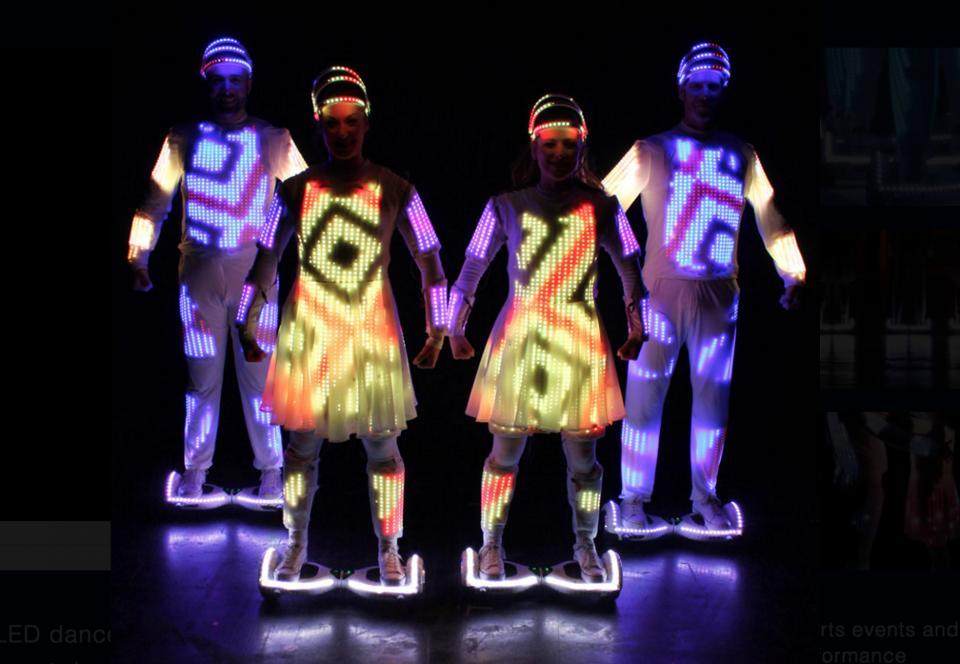 闪耀的创意,来自英国舞团的扭扭车荧光舞